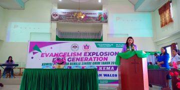 Ketua KPRS GMIM Pnt. dr. Michaela Paruntu, MARS, membuka kegiatan EE4G, di Waleo.(foto : joukeollivia)