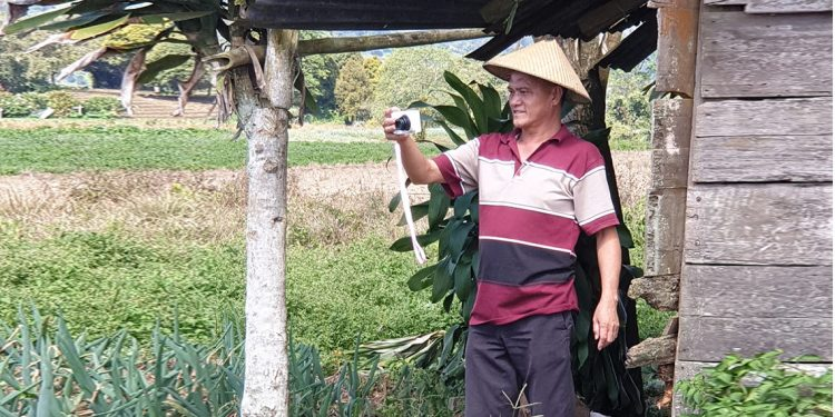 Ketua BPMJ Sion Pinasungkulan Pdt Wailan Posumah, M.Th, berada di daerah pertanian warga. (foto : Melki Tamaka)