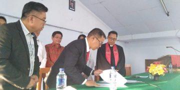 Prof. DR. Ir. Oktavian Sompie, M.Eng menandatangani berita acara pelantikan Plt. Rektor UKIT, Jumat (23/8/2019).(dodokugmim/joshuanugraha)