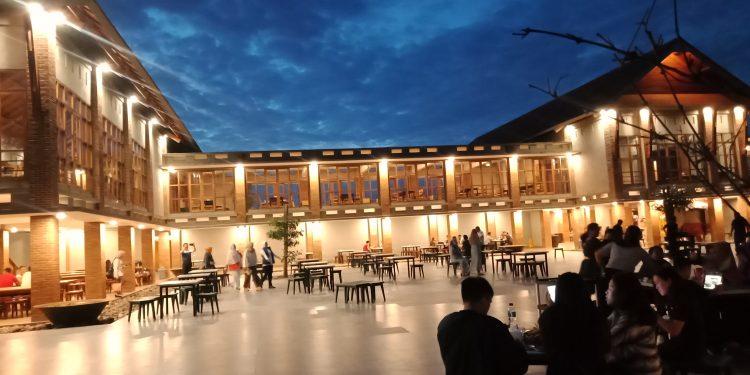 Sejumlah pengunjung memadati Grand Linaw, di malam hari.(dodokugmim/saratuwomea)