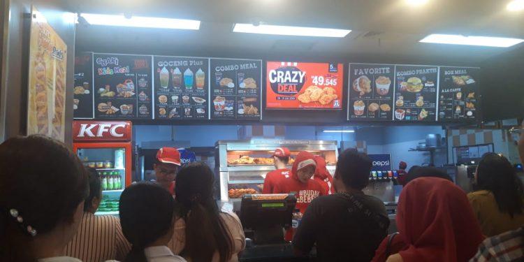 Suasana di salah satu gerai KFC saat promo Crazy Deal. (dodokugmim/nickysangian)