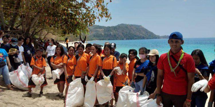 Bersih-bersih Pantai Pall Likupang, Sabtu (21/9/2019).(dodokugmim/nikitasangian)
