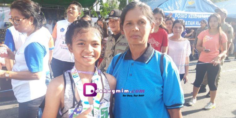 Fabiola, juara Bitung Run 10K kategori pelajar, disampingi sang ibu Arianti.(dodokugmim/nikitasangian)