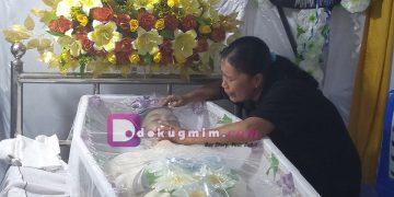 Yulin Mandiangan, terus menangisi putra bunsunya Fanly, saat ibadah pemakaman, Kamis (3/10/2019). Fanly meninggal dunia saat dihukum berlari mengelilingi lapangan karena terlambat oleh guru piket.(dodokugmim/saratuwomea)