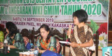Sekretaris Panitia HUT W/KI GMIM ke-82 tahun Yansi Ratella, saat menyampaikan laporan pada konsultasi W/KI beberapa waktu lalu.(dodokugmim/frangkylontaan)