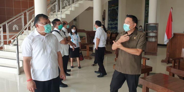 Wali Kota Tomohon JImmy Eman, SE.Ak, CA bersama Ketua BPMS GMIM Pdt. DR. Hein Arina, disela-sela penyemprotan desinfektan di Kantor Sinode GMIM, Senin (23/3/2020.)
