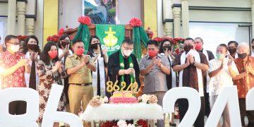 Ketua BPMS GMIM, PJ. BUpati MInahasa Utara, Ketua DPRD Minahasa Utara bersama para pendeta dan BPMJ GMIM Imanuel Maumbi, menyalakan lilin dalam perayaan HUT ke-242 Jemaat Imanuel Maumbi dan HUT GMIM Bersinode ke-86, Senin (28/9/2020).(dodokugmim/*)