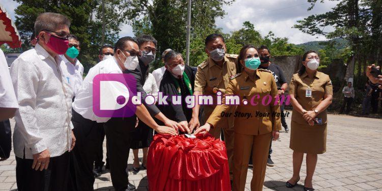 Gubernur Sulawesi Utara Olly Dondokambey, SE Bersama BPMS GMIM, Wakil Wali Kota Tomohon Syerli Sompotan saat meresmikan Kampus Pascasarjana UKIT, Senin (21/9/2020).(dodokugmim/joanetab)