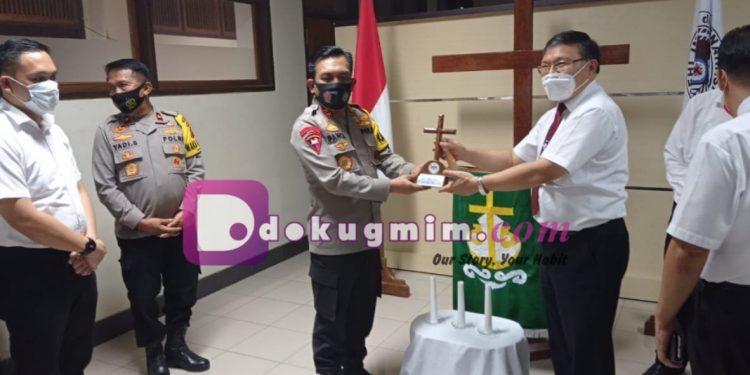 Ketua BPMS GMIM memberikan cenderamata kepada Kapolda Sulut dalam kunjungan di Kantor Sinode GMIM, Senin kemarin.(dodokugmim/manda)