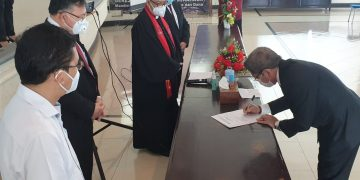 Pdt. DR. A. Rumengan, M.PdK menenandatangi surat dalam pelantikan sebagai Plt. Rektor UKIT, Selasa (1/9/2020).(dodokugmim/melkitamaka)