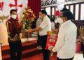 Ketua BPMS GMIM Pdt. DR. Hein Arina menyerahkan bantuan uang tunai dan sejumlah logistik untuk delapan wilayah yang terdampak banjir dan longsor.(dodokugmim/steviwowor)