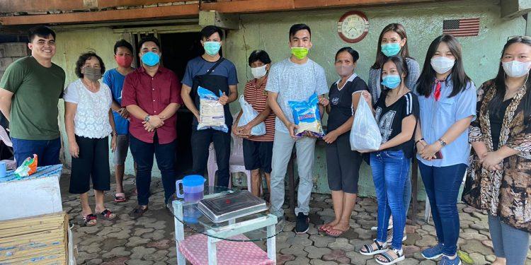 Alumni kelas MIA 1 SMAN 9 Binsus Manado tahun 2013-2016, menyerahkan sejumlah bantuan pada korban bencana di Manado.(dok. pribadi)