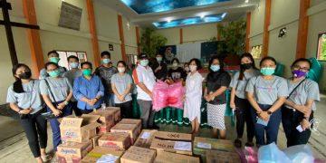 Ketua BPMJ GMIM Imanuel Maumbi Wilayah Kalawat 1 Pdt. Rivo Pongantung, M.Th bersama rombongan, menyerahkan sejumlah bantuan di GMIM Golgota Malendeng, Minggu (24/1/2021).(dodokugmim/putri)