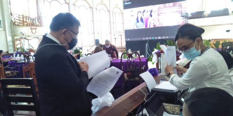 Ketua BPMS GMIM Pdt. DR. Hein Arina, M.Th, melakukan pengecekan persiapan pembukaan SMSI ke-80 di GMIM Imanuel Leilem, Senin (29/3/2021).(dodokugmim/nanda)